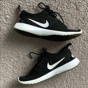 Nike Women's Roshe Black Sneakers